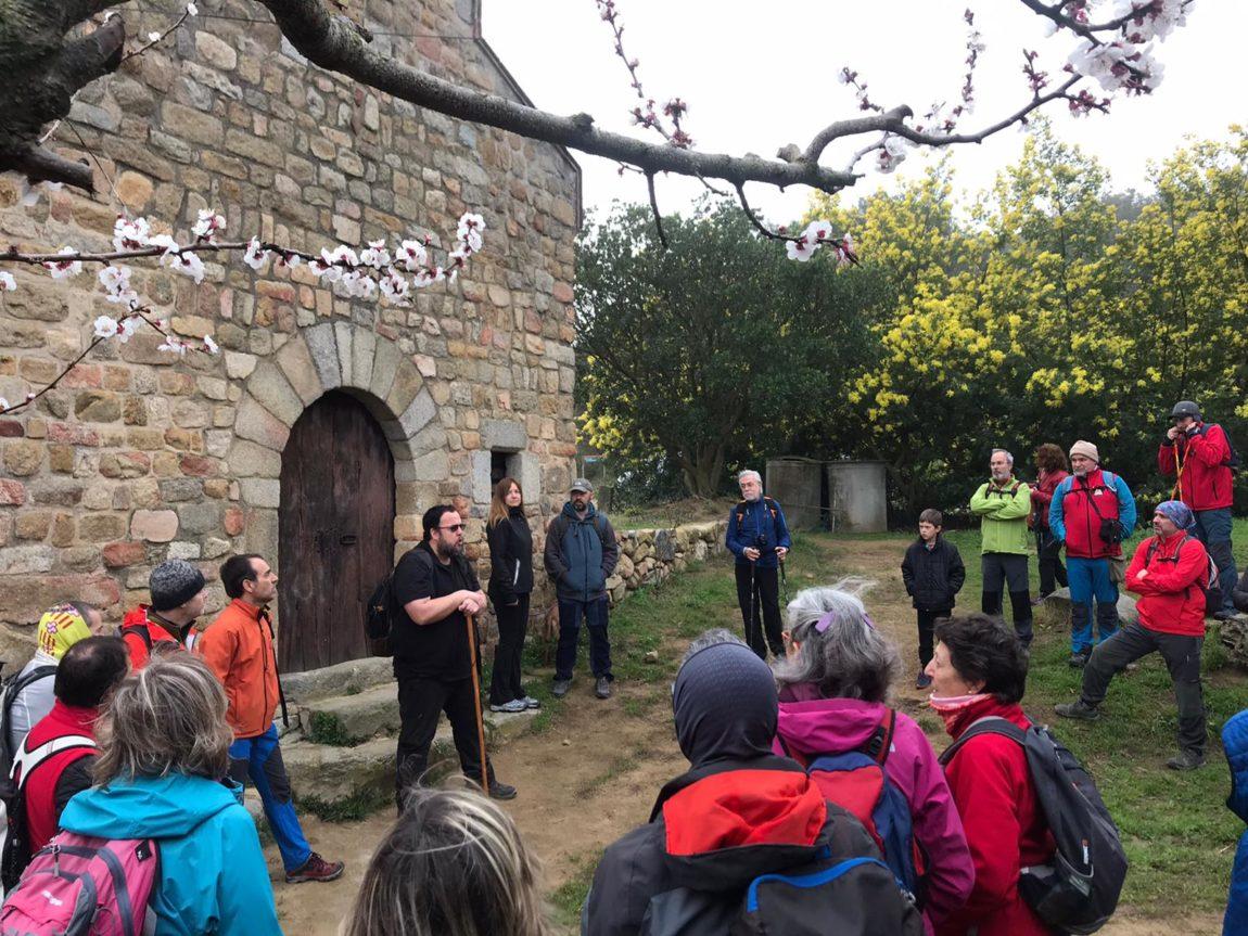 La ruta prehistòrica de Céllecs ha estat el marc de la segona trobada d'entitats excursionistes per celebrar el 130è aniversari del Centre Llorenç del Penedès i la Lira Vendrellenca